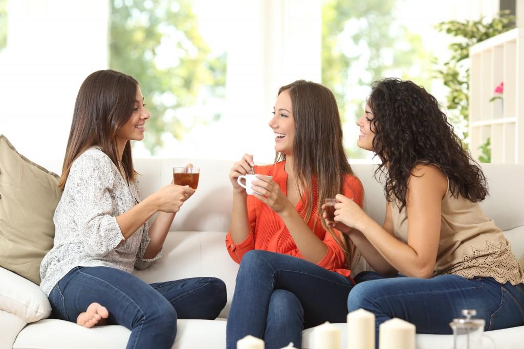 women drinking coffee and tea