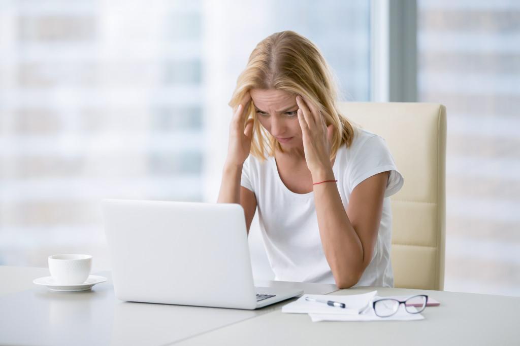 experiences headache during work